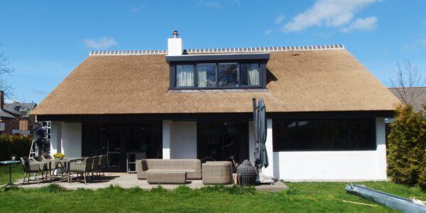 mooi eindresultaat van een nieuwbouw woning met een kunstriet dak